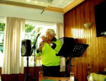 Den Danske Sanger og musiker: Ib Gerhard Sørensen-underholder her med sang og musik i Den Danske forening i Torre Del Mar.. Næste gang går turen til den Danske forening i: Almunecar..